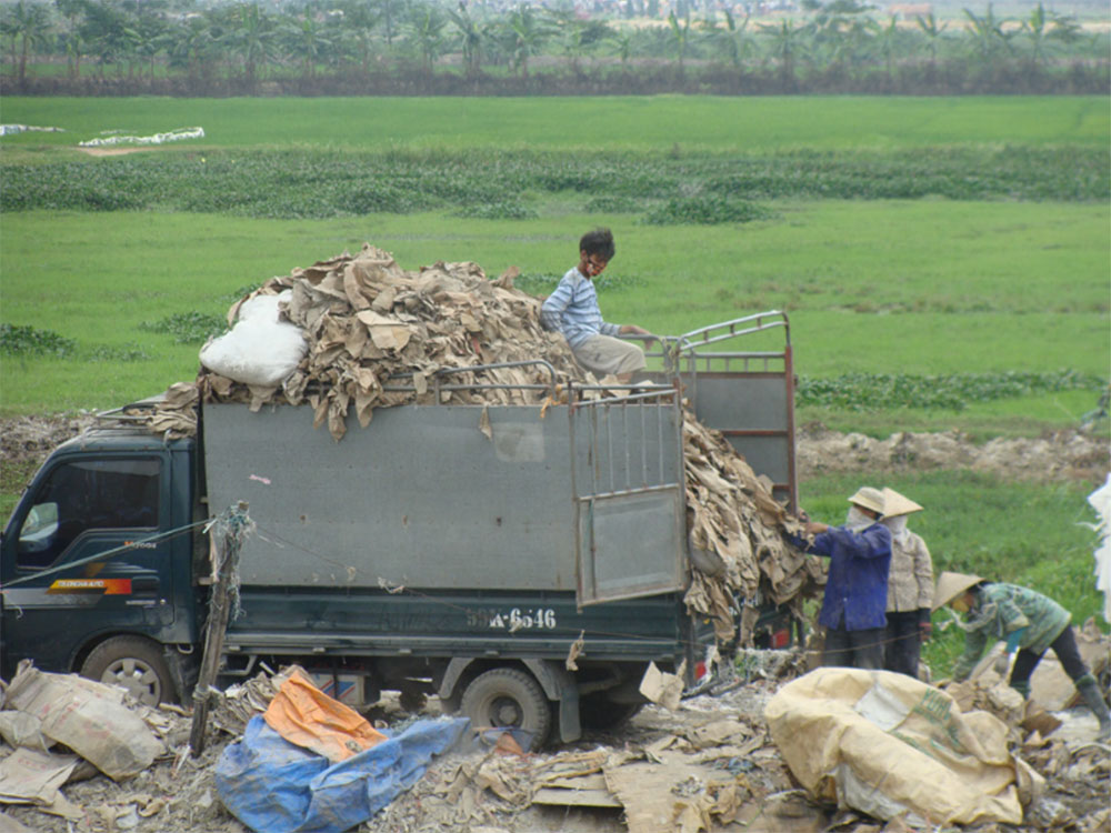 Recollection of paper in Vietnam to be recycled in villages