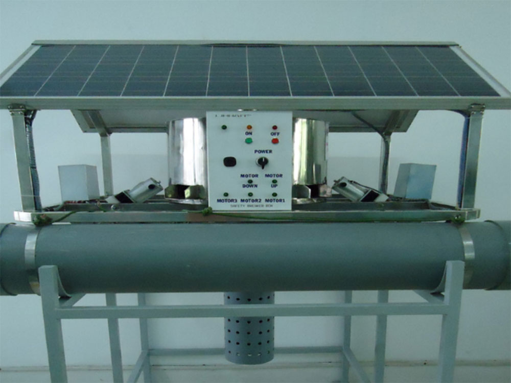 Autonomous water cleaning machine using solar energy